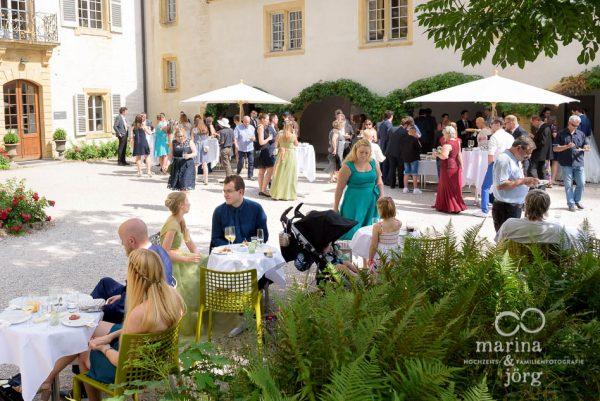 Beim Apero nach einer Hochzeit im Schloss Münchenwiler bei Bern