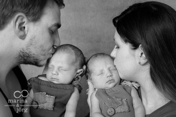 Familienfoto enstanden bei einem Neugeborenen-Fotoshooting mit Zwillingen in Wetzlar