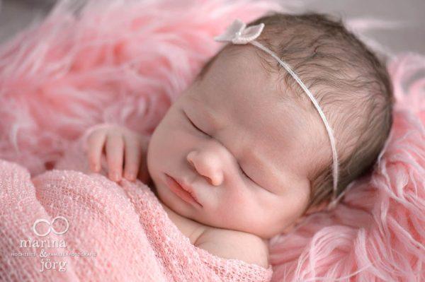 Baby-Fotograf Idstein: Neugeborenenfoto bequem und entspannt zu Hause