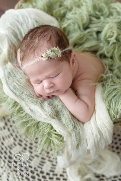 Babygalerie Gießen: Baby-Fotoshooting entspannt zu Hause mit den Baby-Fotografen aus Gießen