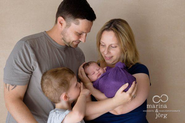 Familienfotograf Gießen: Baby-Fotoshooting entspannt zu Hause
