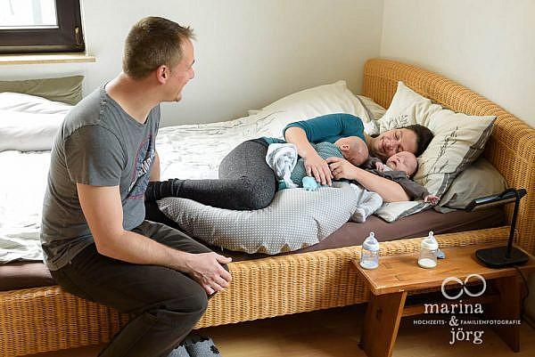 Neugeborenen-Homestory mit süßen Zwillingen bei Gießen: ungestellte Babyfotos