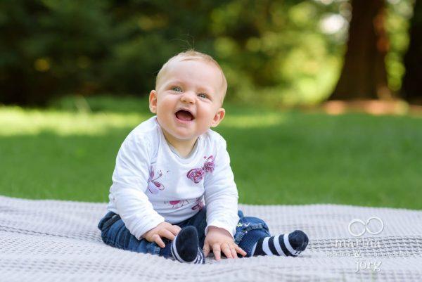 natürliche Babyfotos entstanden bei einem Fotoshooting im Botanischen Garten Marburg - Marina & Jörg, Babyfotografen aus Gießen