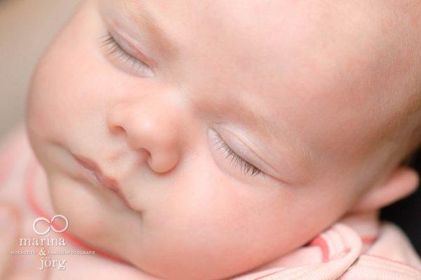 Babyfotografen Marina und Jörg aus Gießen - Foto-Homestory mit neugeborenem Baby