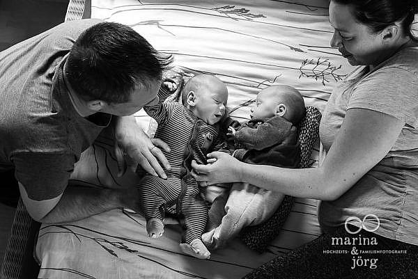 Babyfotograf Gießen - ungestellte Neugeborenenfotos von bezaubernden Zwillingen - natürlich, echt, besonders