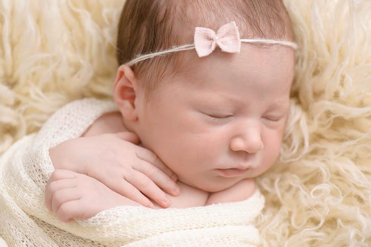 Marina und Joerg, Neugeborenenfotografen aus Gießen: Neugeboren-Foto - entspanntes Baby-Fotoshooting zu Hause (Babygalerie Gießen)