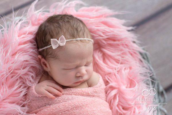 Familienfotograf Giessen: Baby-Fotoshooting entspannt zu Hause