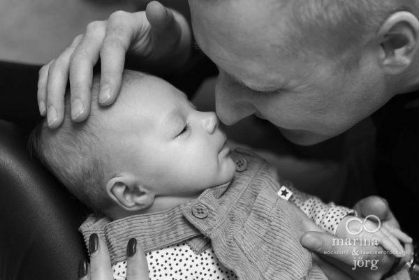 Babyfotografen Marina & Jörg aus Gladenbach - Foto-Homestory mit neugeborenem Baby