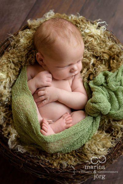 professionelles Neugeborenen-Fotoshooting in Marburg, entspannt bei den Eltern zu Hause - Babyfotografen Gießen