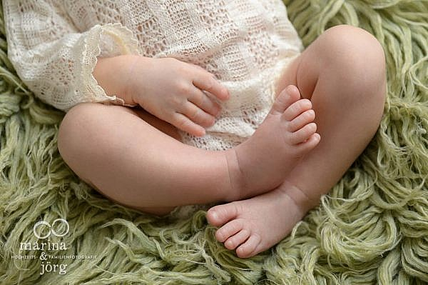 Professionelles Neugeborenen-Fotoshooting ganz bequem zu Hause machen lassen - Babyfotografen für Marburg