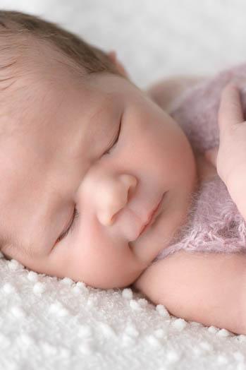 Marina und Joerg, Baby-Fotografen Wetzlar: Babyfoto (Neugeborenes) entstanden bei einem Baby-Fotoshooting zu Hause