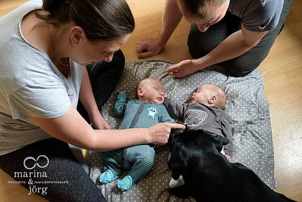 Babyfotograf Wetzlar - ungestellte Babyfotos von bezaubernden Zwillingen - natürlich, echt, besonders