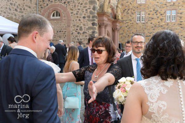 Hochzeitsreportage in Butzbach: Gratulation der Gäste vor dem Landgrafenschloss