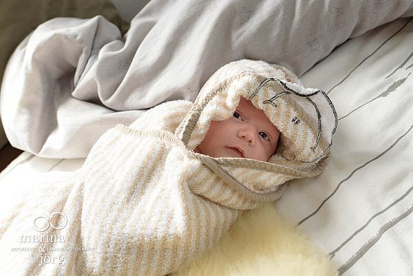 dokumentarische Neugeborenenfotografie in Marburg - kuntebunt, voller Leben, echt
