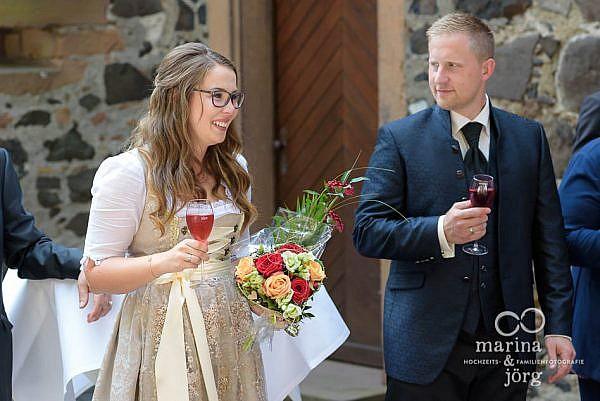 Beim Sektempfang nach einer Hochzeit im Standesamt der Burg Staufenberg bei Gießen