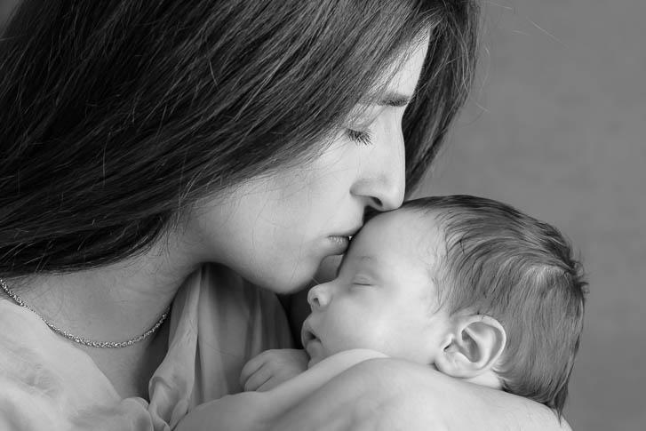 Marina und Joerg, Familien-Fotografen aus Giessen: Babygalerie Giessen - Mama mit ihrem Baby bei einem Baby-Fotoshooting zu Hause
