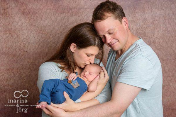 Familienfotograf Gießen: inniges Familienfoto einer Newborn Babygalerie