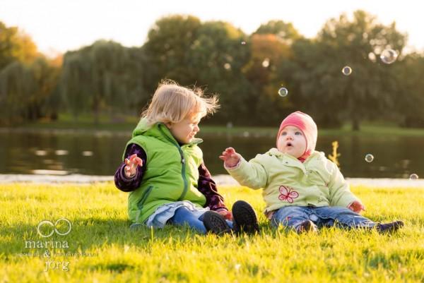 Familienfotograf Gießen: Homestory / Familienreportage bei Köln - Geschwisterbild