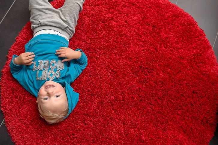 Marina und Joerg, Familienfotografen aus Giessen: bei einer Familienreportage (Foto-Homestory) entstehen ganz natuerliche Kinderfotos