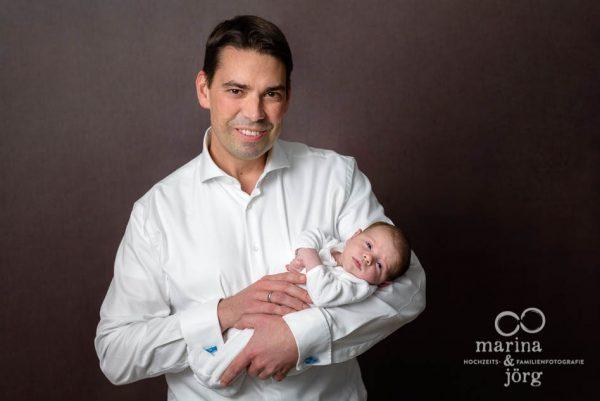 Familienfotograf Gießen: professionelles Neugeborenenfotos entspannt zu Hause machen lassen