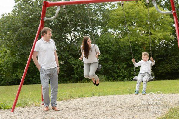 Marina und Joerg, Familienfotografen Wetzlar: moderne Familienbilder auf dem Spielplatz