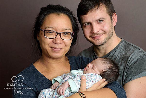 mobile Familienfotografen Marburg: professionelles Neugeborenen-Fotoshooting entspannt zu Hause machen lassen