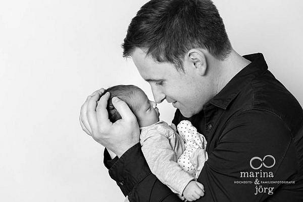 mobile Familienfotografen Marburg: professionelles Baby-Fotoshooting entspannt zu Hause erleben