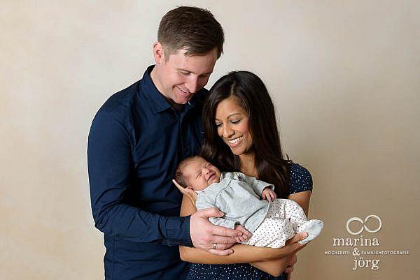 Familienfotograf Marburg: professionelle Neugeborenenfotos entspannt zu Hause machen lassen