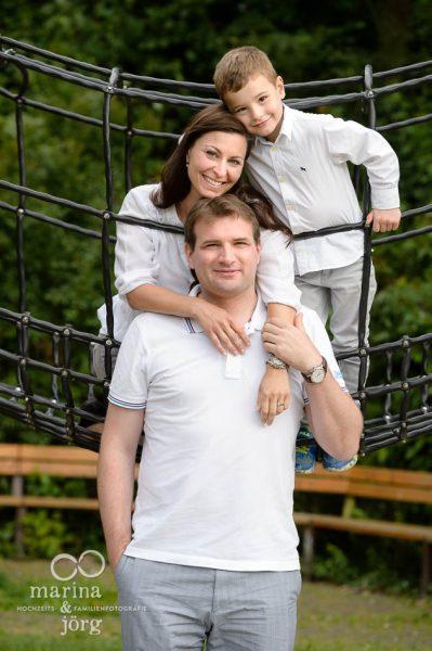 Marina und Joerg, Fotograf Giessen: moderne Familienbilder auf dem Spielplatz