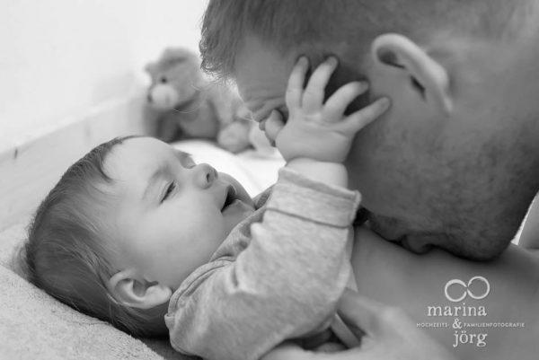 Marina und Joerg, Familien-Fotografen Marburg: ungestellte Familienfotos bei einer Familien-Foto-Homestory - ein ganz besonderer Erinnerungsschatz an eine einzigartige Zeit