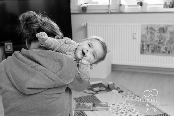 Marina und Joerg, Familienfotografen Marburg: natuerliche Familienfotos bei einer Familienreportage - ein ganz besonderer Erinnerungsschatz an eine einzigartige Zeit