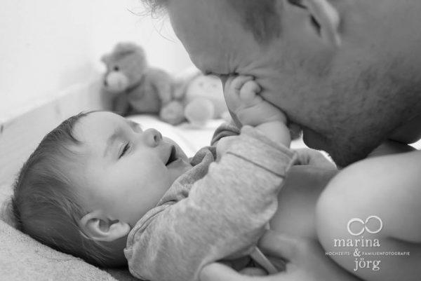 Marina und Joerg, Familien-Fotografen Wetzlar: ungestellte Familienfotos bei einer Familien-Foto-Homestory - ein ganz besonderer Erinnerungsschatz an eine einzigartige Zeit