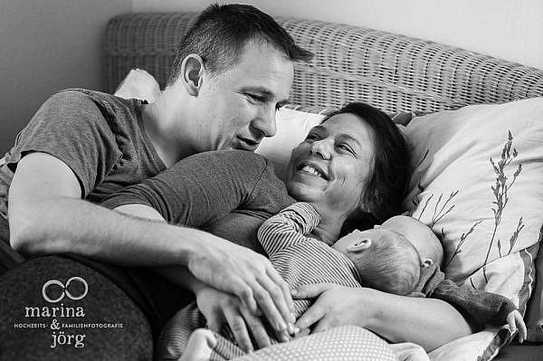 natürliche Babyfotos von den Familienfotografen aus Gladenbach - Homestory mit Zwillingen bei Wetzlar