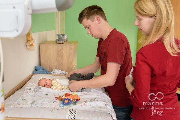 Familienfotografie Gießen - natürliche Babyfotos einer Homestory als Erinnerung an die vielen kleinen Momente, die so schnell vorüberfliegen