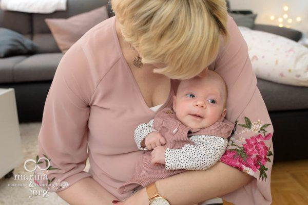 Familienfotografie Marburg - natürliche Babyfotos einer Neugeborenenreportage