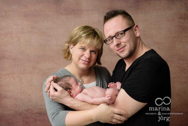 Babygalerie Gießen: professionelle Neugeborenenfotos und Familienfotos entspannt zu Hause machen lassen