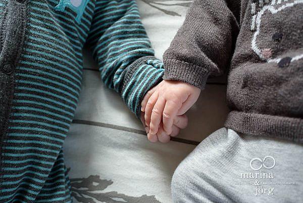 Familienreportage / Homestory mit süßen Zwillingen in Wetzlar - dokumentarische Familienfotografie