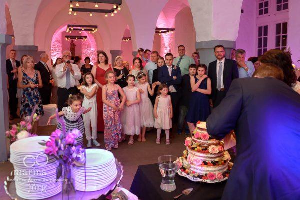 Hochzeitsreportage in Butzbach: Beim Anschneiden der Hochzeitstorte