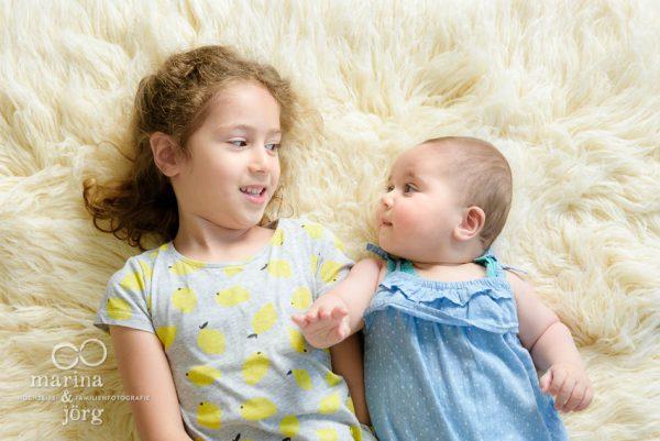 Marina und Joerg, Familienfotografen Giessen: Baby mit grosser Schwester