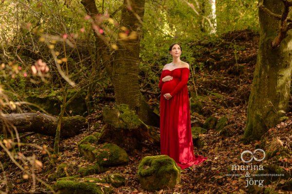 Marina und Joerg, Fotograf Giessen: Babybauchbild im Wald