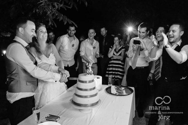 Marina und Joerg, Hochzeits-Fotografen Giessen: Anschneiden der Hochzeitstorte (ganztaegige Hochzeitsreportage in der Naehe von Bern)