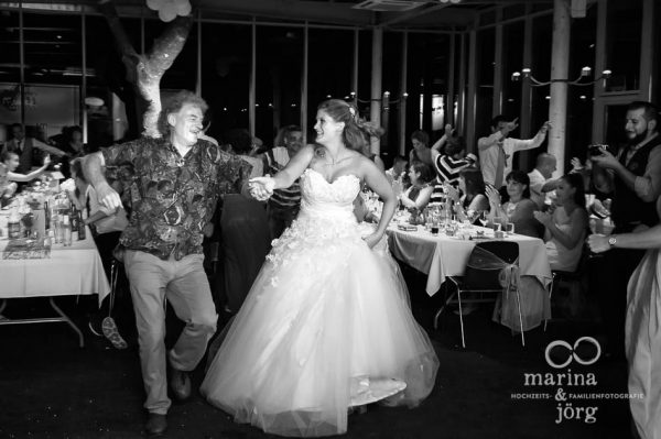 Hochzeitsdotografen-Paar Marina und Joerg aus Giessen: Tanz mit dem Brautvater (Hochzeitsreportage mit den schoensten Momenten der Hochzeit)