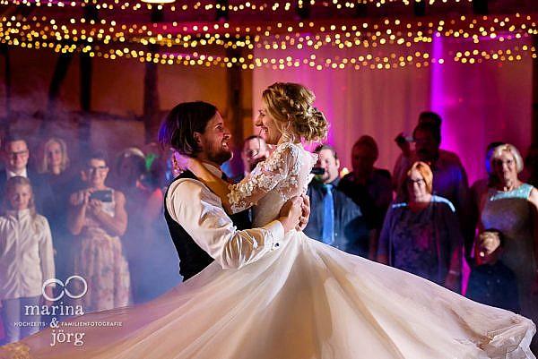 romantischer Hochzeitstanz bei einer Hochzeitsfeier in der Eventscheune im Landhotel Waldhaus in Laubach - Marina und Jörg, Hochzeitsfotografie Laubach