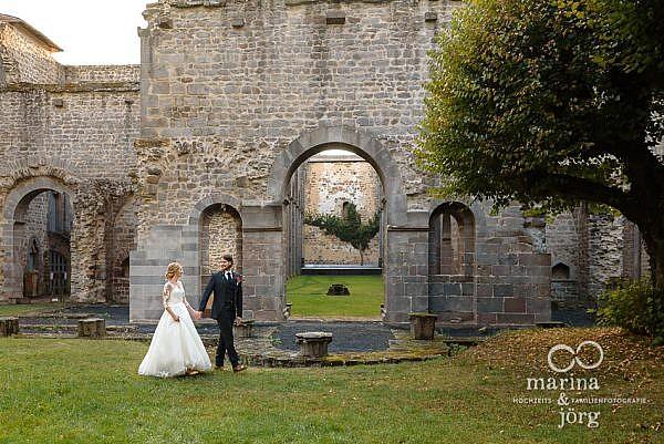 romantisches Hochzeitsfoto bei einem After-Wedding Paarshooting im Kloster Arnsburg bei Gießen - Hochzeitsfotografie Marina & Jörg