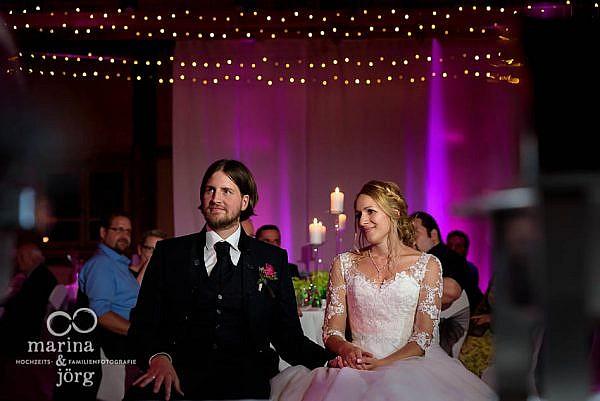 Hochzeitsfotograf für Laubach: Brautpaar genießt eine Gesangseinlage bei einer Hochzeit in der Eventscheune Blauer Löwe (Landhotel Waldhaus) in Laubach
