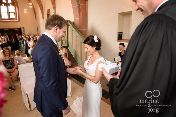 Hochzeitsfoto waehrend einer Trauung in der Marien-Kirche Wehrshausen bei Marburg