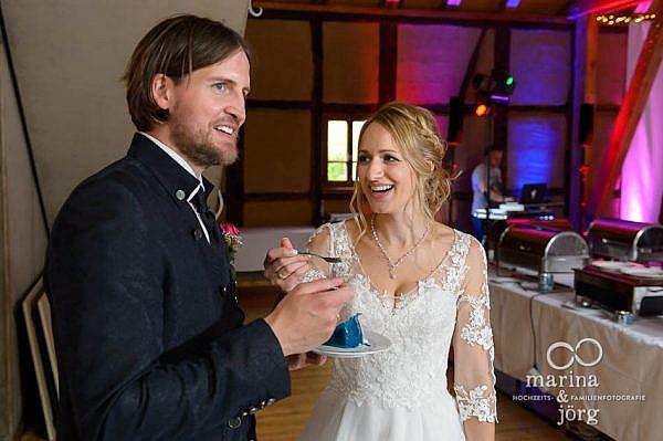 Anschneiden der Hochzeitstorte (ganztägige Hochzeitsreportage in Laubach) - Marina und Jörg, Hochzeits-Fotografen für eure Hochzeit in Laubach