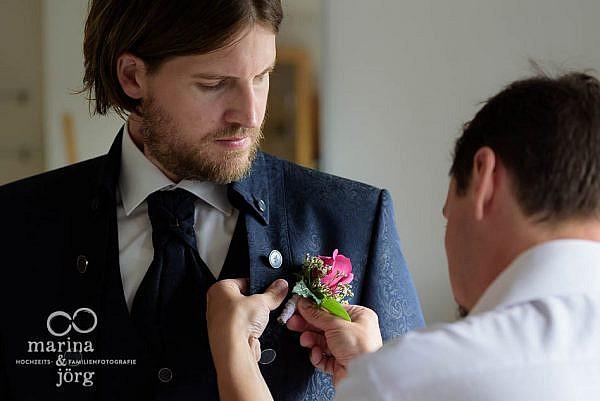 Hochzeitsfotograf Laubach: Hochzeitsreportage - Bräutigam beim Ankleiden