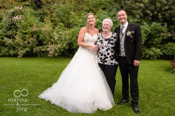 Hochzeitsfotos mit der Oma (ganztaegige Hochzeitsreportage bei Bern)