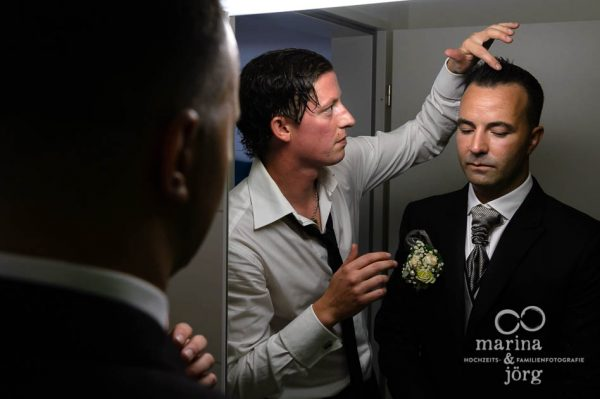 Hochzeitsfotograf Marburg: Hochzeitsreportage in der Naehe von Bern - Braetigam beim Getting-Ready